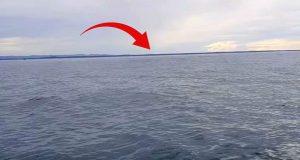 Kvinnen filmer det tilsynelatende stille havet fra en båt. Plutselig begynner alt å riste.