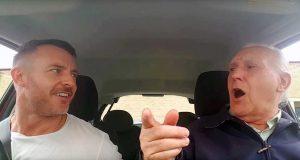 Faren med alzheimer kjenner ikke igjen sønnen. Se hvordan han reagerer til sangen på radioen!