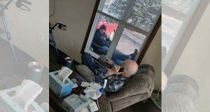 Sønnen besøker daglig sin eldre far i karantene – så de kan snakke i telefonen og se hverandre.