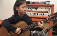 Den lille jenta fremfører en slående bra versjon av «Fly Me To The Moon»
