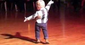2-åringen hører Elvis' klassiske låt – se når han snur seg og gjør alle målløse.
