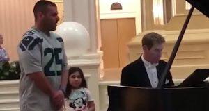 Datter ber pappa synge «Ave Maria» på ferie – når han åpner munnen, forbløffes hele hotellet.