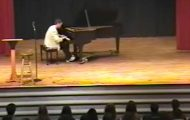 Mann overrasker publikum etter at de ler av ham når han spiller piano.