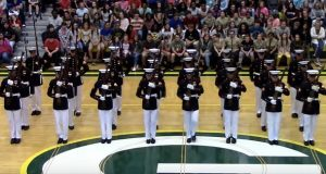 24 marinesoldater fra Silent Drill Platoon med uforglemmelig opptreden.