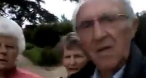 Hysterisk video av eldre trio fra Yorkshire som strever med telefonkamera går viralt