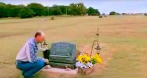 Den 11 år gamle sønnen hans tok sitt eget liv. 5 uker senere får han en åpenbaring ved graven!
