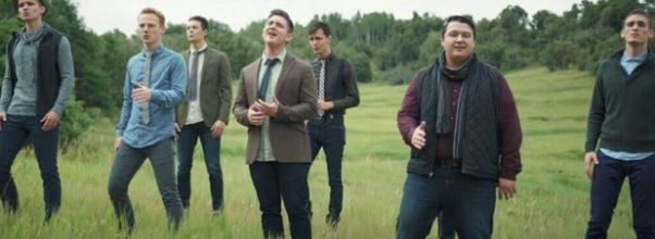 9 menn fremfører «You Raise Me Up» – Så, plutselig, får de et uventet besøk!