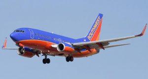 Piloten snur og kaster tobarnsmoren av flyet. Sekunder senere innser hun det FORFERDELIGE!