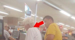 Mannen vet ikke at han blir filmet. Det han gjør med den gamle damen foran i køen er UTROLIG!