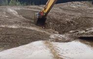 Føreren av gravemaskinen ser noe bevege seg i gjørmen. Når han ser nærmere? Dæven!