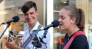 De synger «Unchained Melody» på gaten. Reaksjonen hans når hun treffer den høye tonen? Uvurderlig.