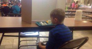 Skolen straffet gutten fordi han kom for sent. Da grep bestemoren inn!