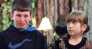 Søsteren hans har brukt rullestol hele livet. Men når han avslører DETTE, bryter han sammen…