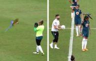Papegøye forstyrrer fotballkamp ved å lande på spillers hode. Den morsomme hendelsen ble fanget på film.