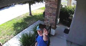 Overvåkingskamera fanger tenåringens reaksjon etter å ha funnet tapt lommebok med $1500 inni.
