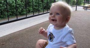 Datteren venter hele dagen på at pappa skal komme hjem – Se den herlige reaksjonen!