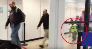 Passasjerene kommer ut av flyet som har landet – men hold et øye med den lille gutten.