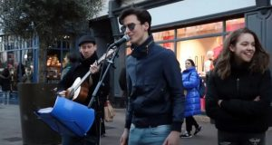 Gatemusikanter synger en duett av Ed Sheeran, men så stjeler en fyr showet ved å synge italiensk.