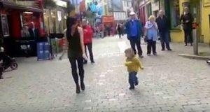 Den lille jenta forstyrrer danseren på torget – sjekk dansetrinnene som tok hele nettet med storm
