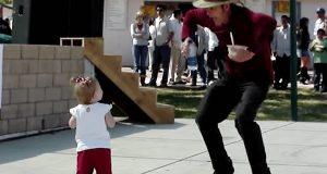 Mann i cowboyhatt utfordrer den lille jenta til dans. Ingen hadde forventet hennes reaksjon!