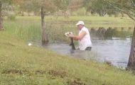 Mann lirker opp alligatorens kjeve for å redde hund fra dens dødelige grep.