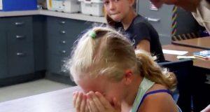 Hun har ETT ønske: Å se broren sin igjen. Når hun snur seg rundt? Tårene triller.
