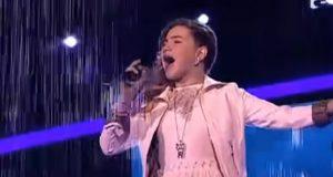 Hun går ut på scenen og begynner å synge en av verdens vanskeligste sanger. Men så…