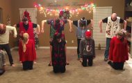 Denne familien med 8 unger får alle i julestemning med sin episke juledans.