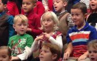 Liten jente av døve foreldre tegnspråk-tolker på herlig vis under barnehagens høytidskonsert.
