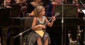 Talentfull, 7 år gammel musiker briljerer i fabelaktig fremføring med fullt orkester.