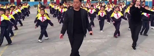 Rektoren var lei av at barna ikke rørte på seg – begynte å danse med dem