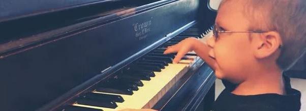 6 år gammel blind gutt imponerer en hel verden med sin versjon av «Bohemian Rhapsody»