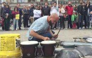 Gatemusikant bruker bøtter og wokpanner – forbløffer folkemengden med sine «techno» beats.