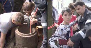 Ung, modig 15 år gammel gutt melder seg frivillig for å redde et barn fanget i et rør.