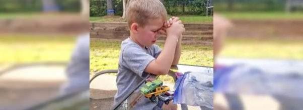 Mor ser sønnen sitte med hodet bøyd ned – innser at han ber for sin COVID-smittede bestefar.