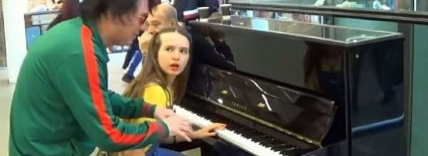 Ukjent mann avbryter jente på piano. Så snur han hæla i taket og får ALLE til å klappe.