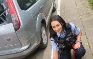Politikvinnen har akkurat knust bilruten. Men vent til du ser HELE bildet. Det er så sterkt!